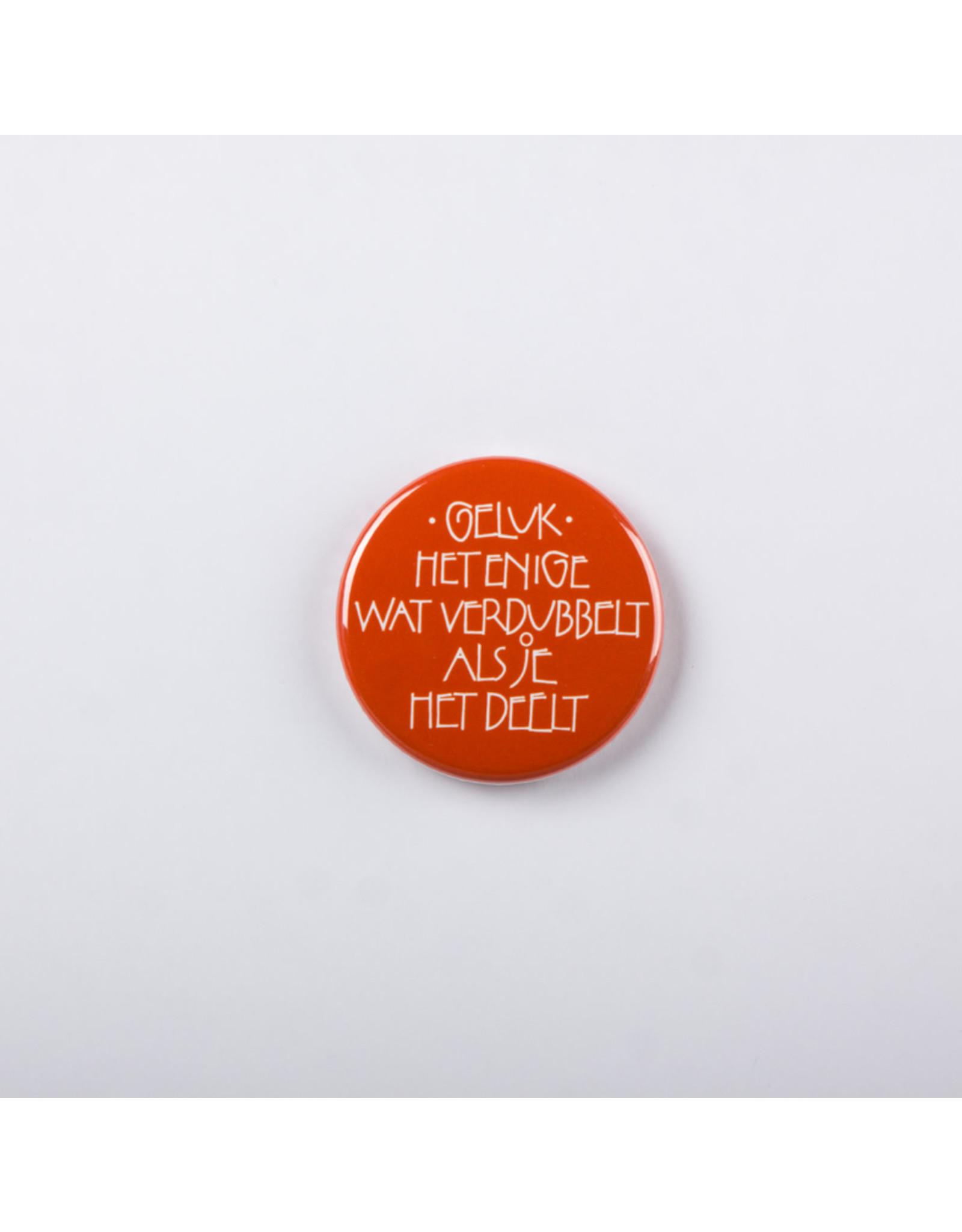 symposion Button - Geluk het enige wat verdubbelt als je het deelt - Ø 3,7 cm