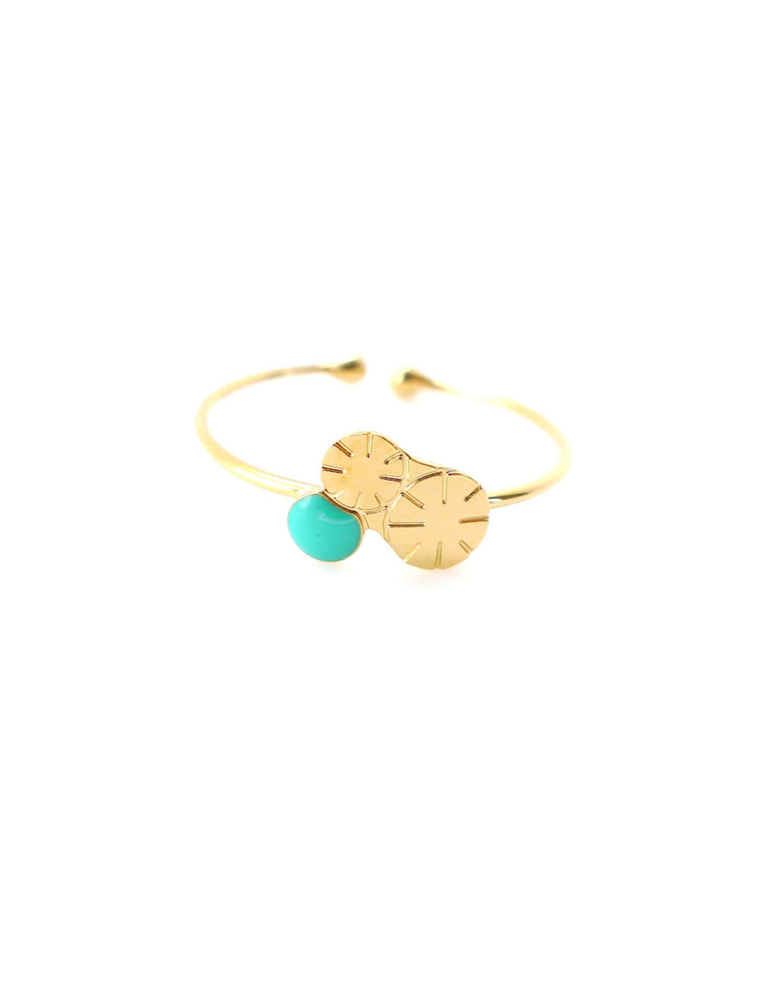 Nadja Carlotti Ring Berry - Appelblauwzeegroen  - Messing Verguld - Geïnspireerd op een bloem - Verstelbaar - Patroon B 0,9 x H 0,7 cm