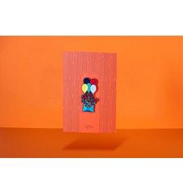 Loovt Wenskaart - Flowers to heaven, Een envelop met ballonnen - Geborduurde badge op een troostkaart + enveloppe