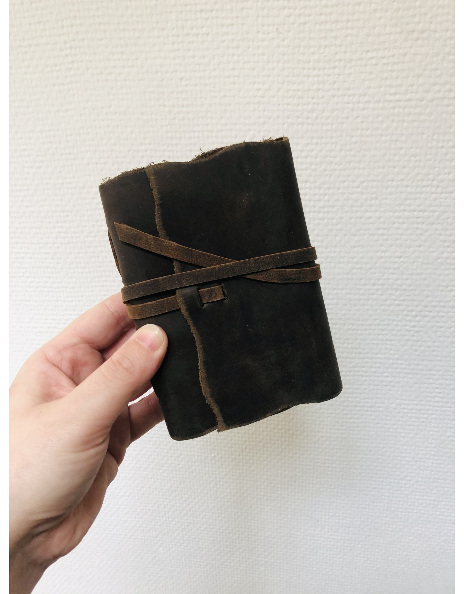 Lamali Boek Yaatra - Zachte en olieachtige leren kaft  - Een gestikte binding - 180 ivoren pagina's - Handgemaakt 100% katoenpapier - 9 x 12 cm