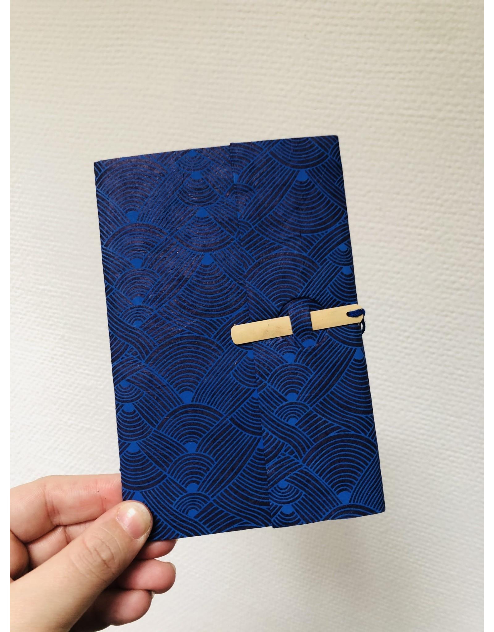 Lamali Boekje Escapade - Blauw Golven Patroon  - Zachte papieren kaft  - 20 ivoren pagina's - Handgemaakt 100% katoenpapier - 10  x 15,5 cm