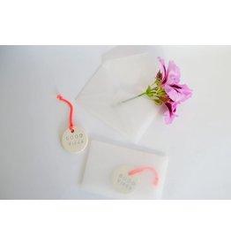 Kesemy design Hanger Good Vibes - Rond - Keramiek - Ø 3,5 cm - Handgemaakt
