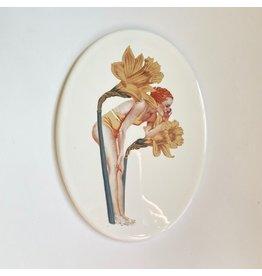Lylies Porseleinen Ovaal Paneeltje - Roepende Dame met Narcissen + Gouden Houder - 11 x 15