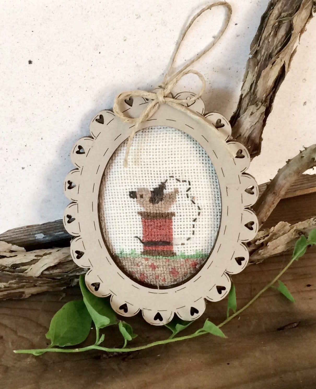 "The Bee Company Crosstitch chart mini oval frame ""Spool & bird"" - TC11A"