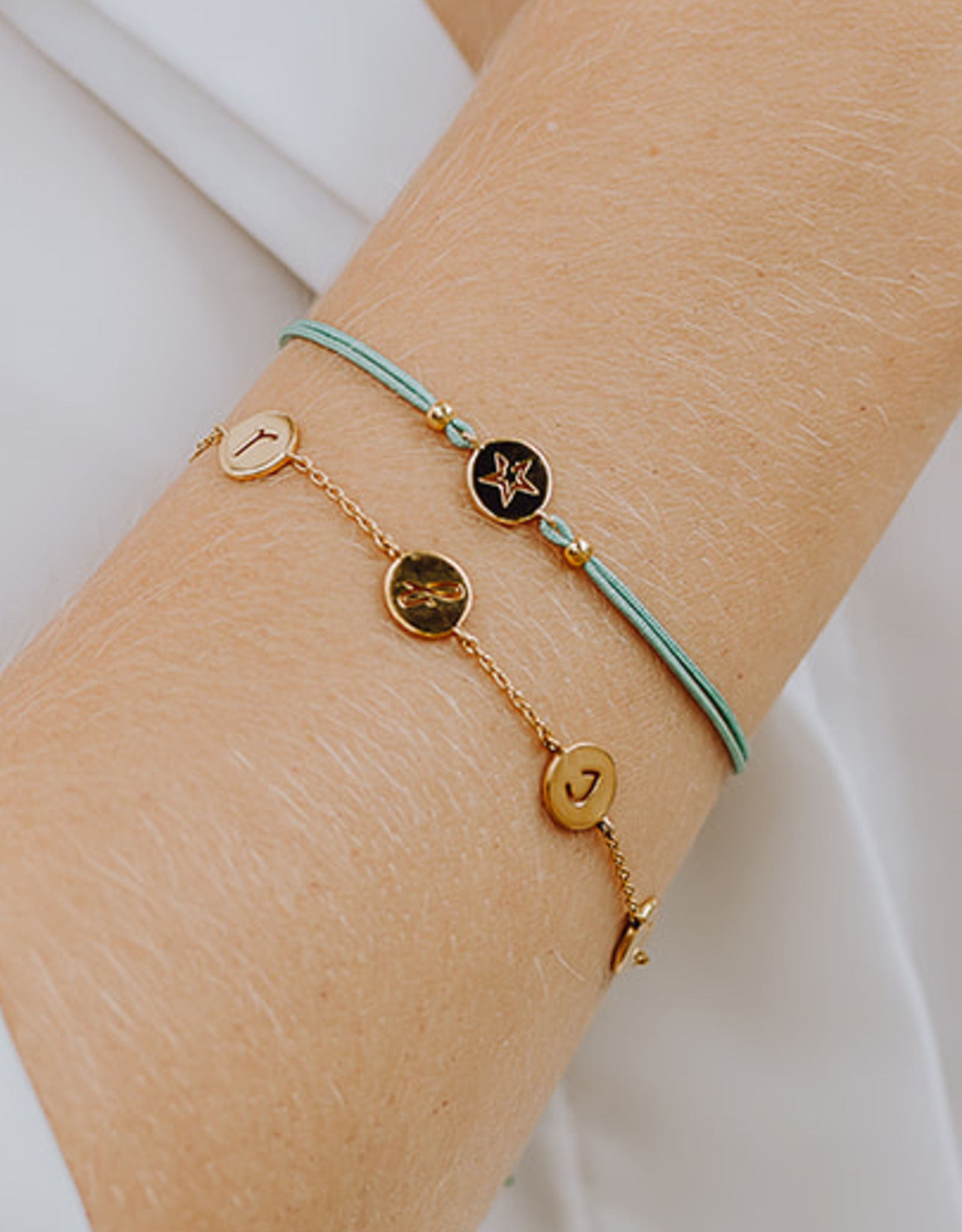 Design your bracelet with 4 charms