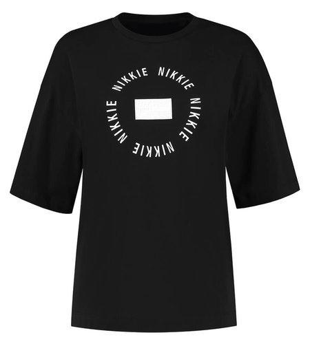 NIKKIE Round Patch Tshirt Black