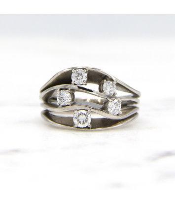 14 karaat witgouden damesring met vijf diamanten - Wave
