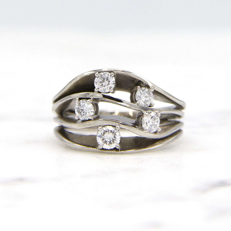 Witgouden damesring met vijf diamanten - Wave-1
