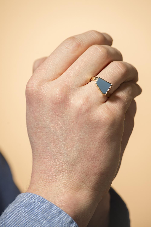 Geelgouden zegelring met blauwe lagensteen - Straight-2