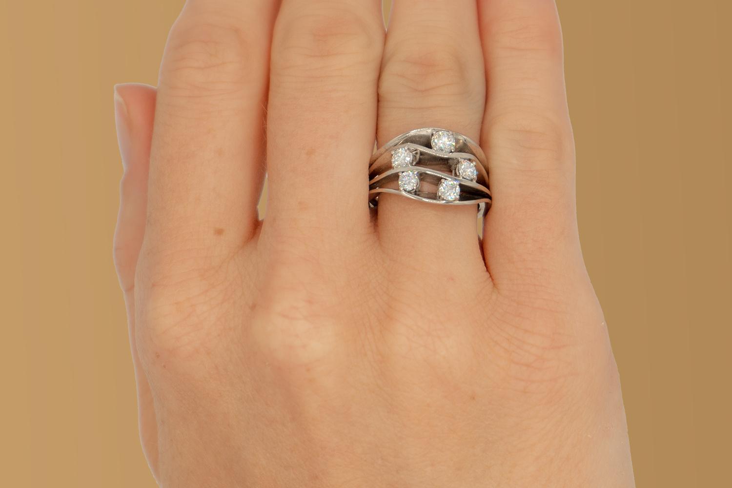 Witgouden damesring met vijf diamanten - Wave-2