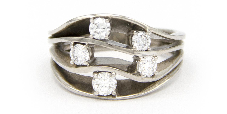 Witgouden damesring met vijf diamanten - Wave-4