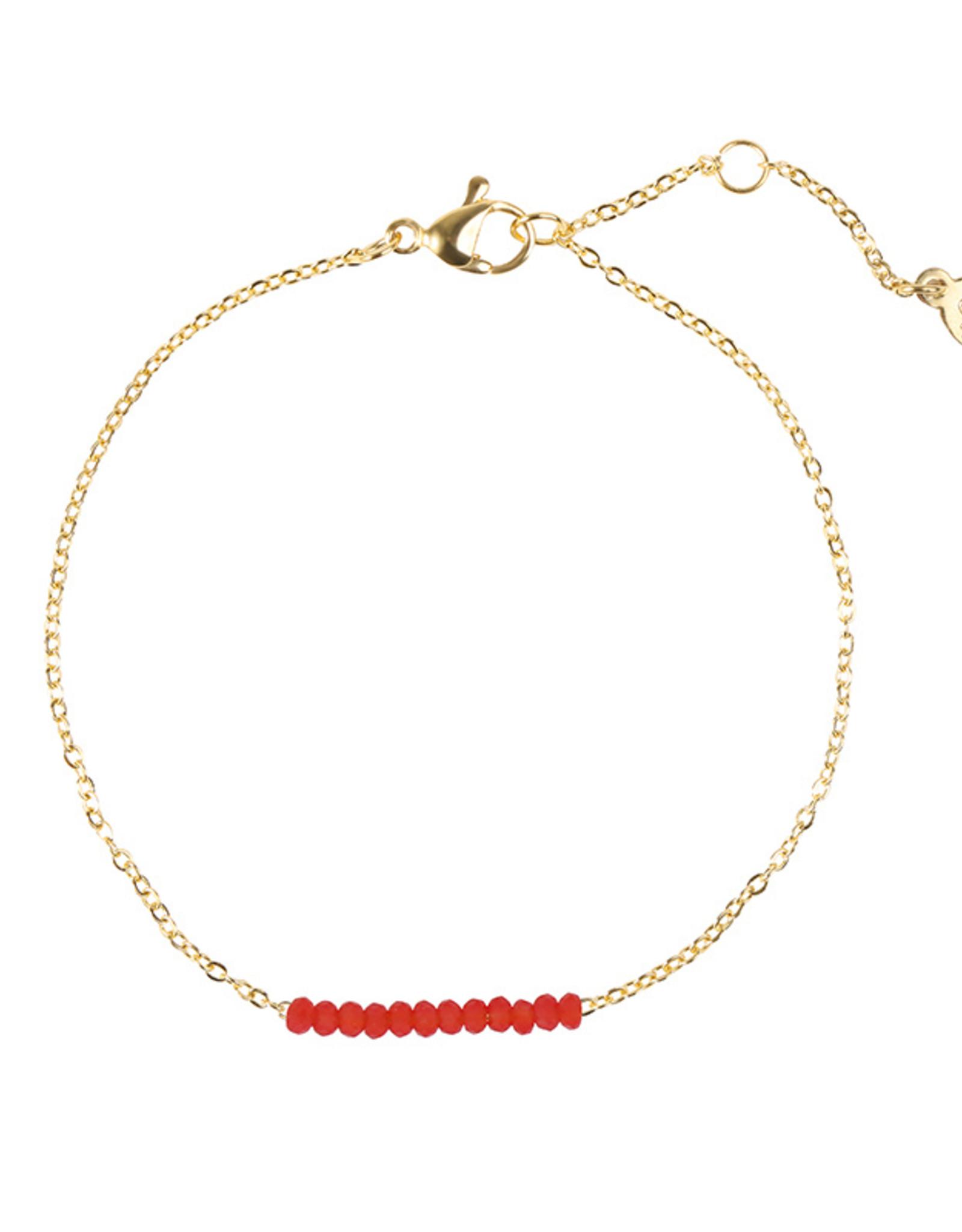 Armband met rode subtiele kraaltjes