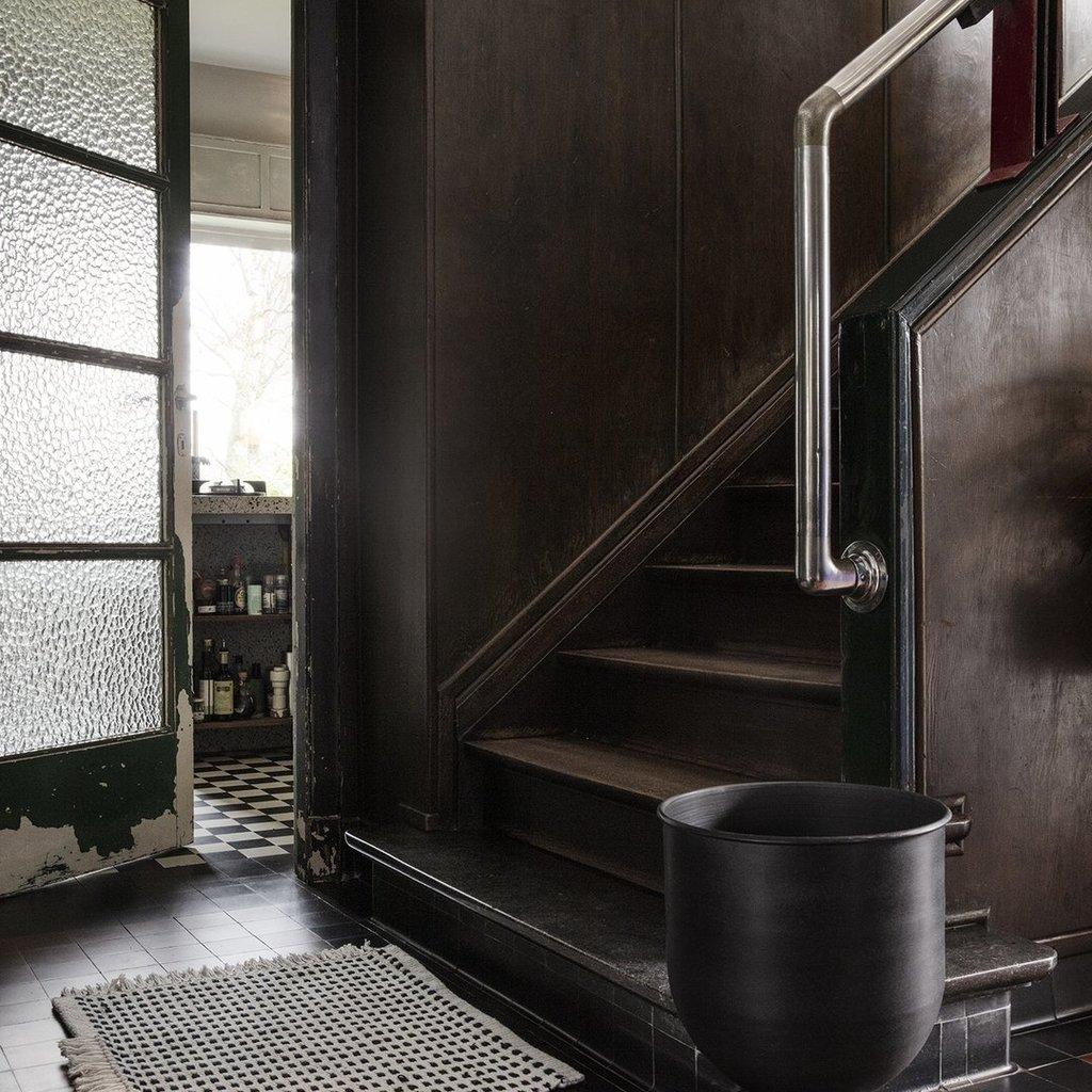 Ferm Living Hourglass Pot - Medium - Black/Dark Grey