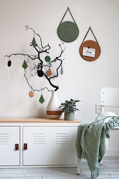 Kleine memoborden en hangers in tak