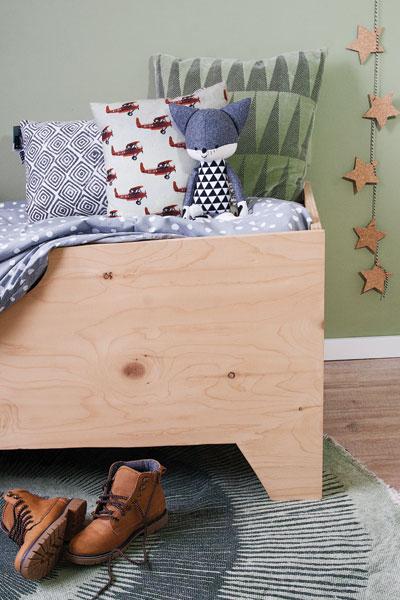 Jongenskamer donkergroen houten bed