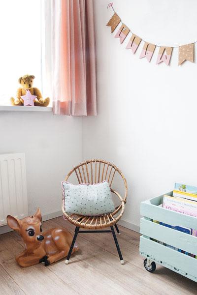 Meisjeskamer roze mintgroen rotan stoeltje