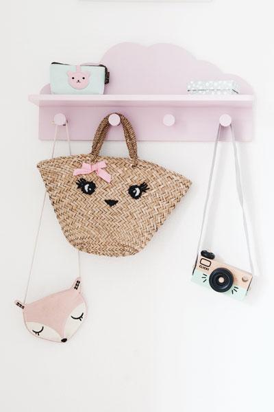 Meisjeskamer roze kapstokje tasjes houten camera