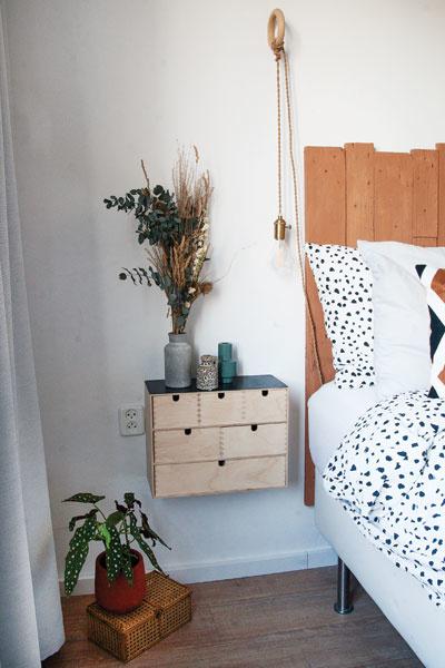 Slaapkamer met hoofdbord in roestbruin