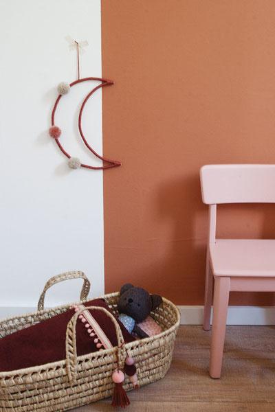 Kinderkamerdecoratie bruin roze