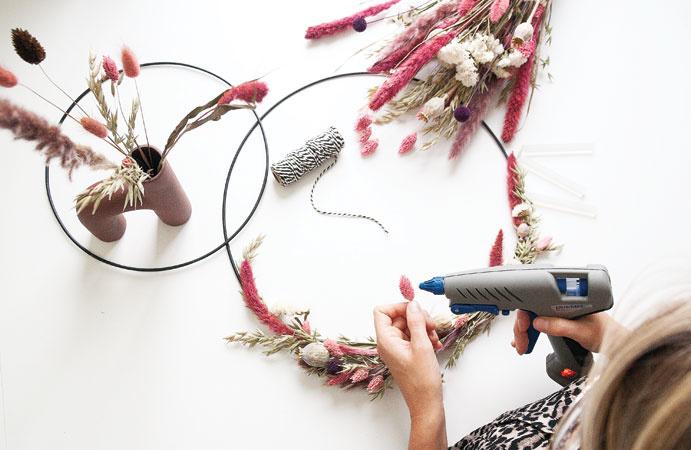 Krans maken van droogbloemen
