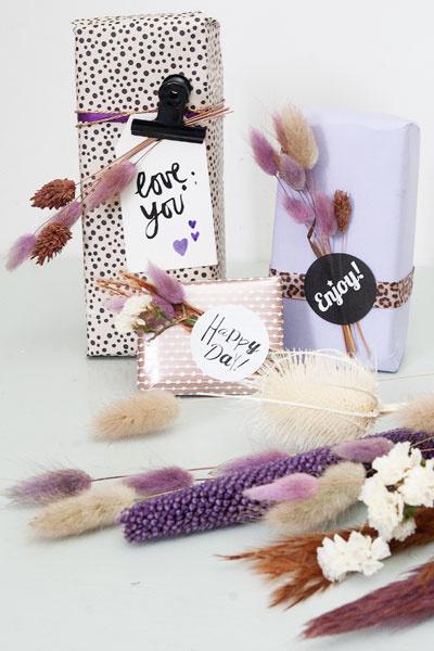Met droogbloemen versierde cadeautjes
