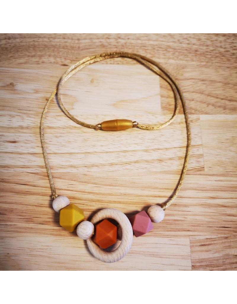 Groeien & Bloeien Groeien & Bloeien - borstvoedingsketting met houten ring en oranje hoekige siliconen kralen
