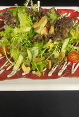 Salade runderlend met truffelcreme, salade, tomaat, komkommer, broadbeans,