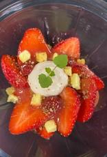 Verse aardbeien van- van Gennip, Jus van aardbeien, cremeux van aardbei en witte chocolade, hangop van yoghurt, witte chocolade crumble en brioche krokant
