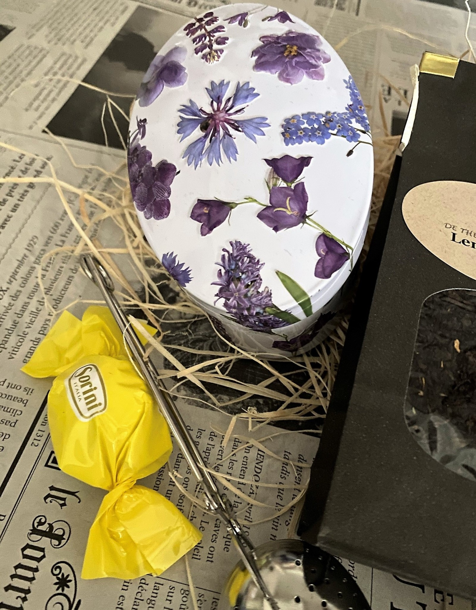 Voorjaarspakketje met theeblikje, lentethee en fudge