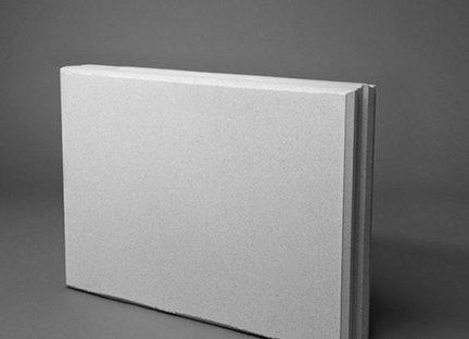 Kalkzandsteen vellingblokken worden gebruikt voor het lijmen van wanden en zijn sneller te verwerken dan metselstenen.