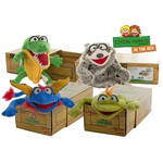 In the box is een serie handpoppen die vanuit een doos bespeeld kunnen worden.