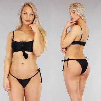 Schwarzer Bikini mit Druckern und Button