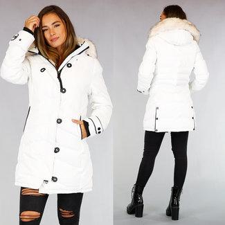 Weiße lange Winterjacke mit Fellkragen und Knöpfen