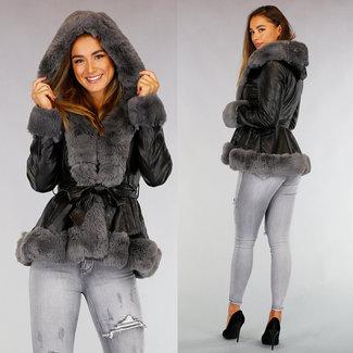 NEW0909 Schwarze Leder-Look Jacke mit grauem Fell und Bund