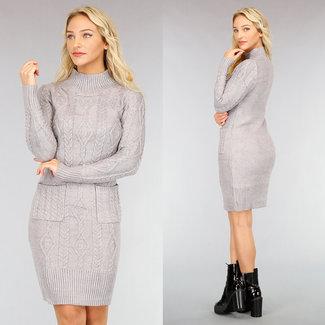 NEW2810 Halblanges Pulloverkleid mit Zopfmuster und Taschen in Grau