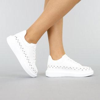 Weiß-Plattform-Turnschuhe mit silbernen Nieten