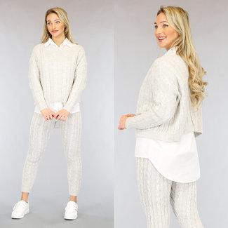 Beige Zopfmuster Huispak mit weißer Bluse