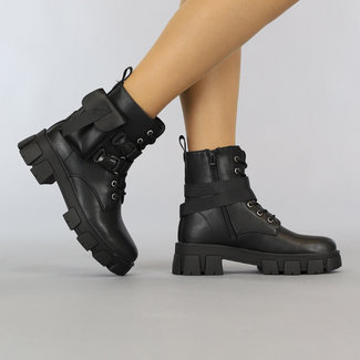 Schwarze Schnürstiefel mit Klickverschlüssen und Tasche