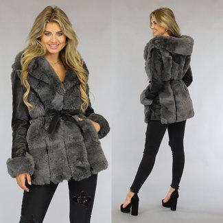 Schwarze Leder-Look Jacke mit grauem Fell und Bund