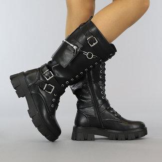 Lange schwarze Schnürstiefel mit Schnallen und Geldbeutel