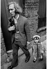 Ian Berry Man with His Daughter and Kitten, Whitechapel, London. Ian Berry (8)