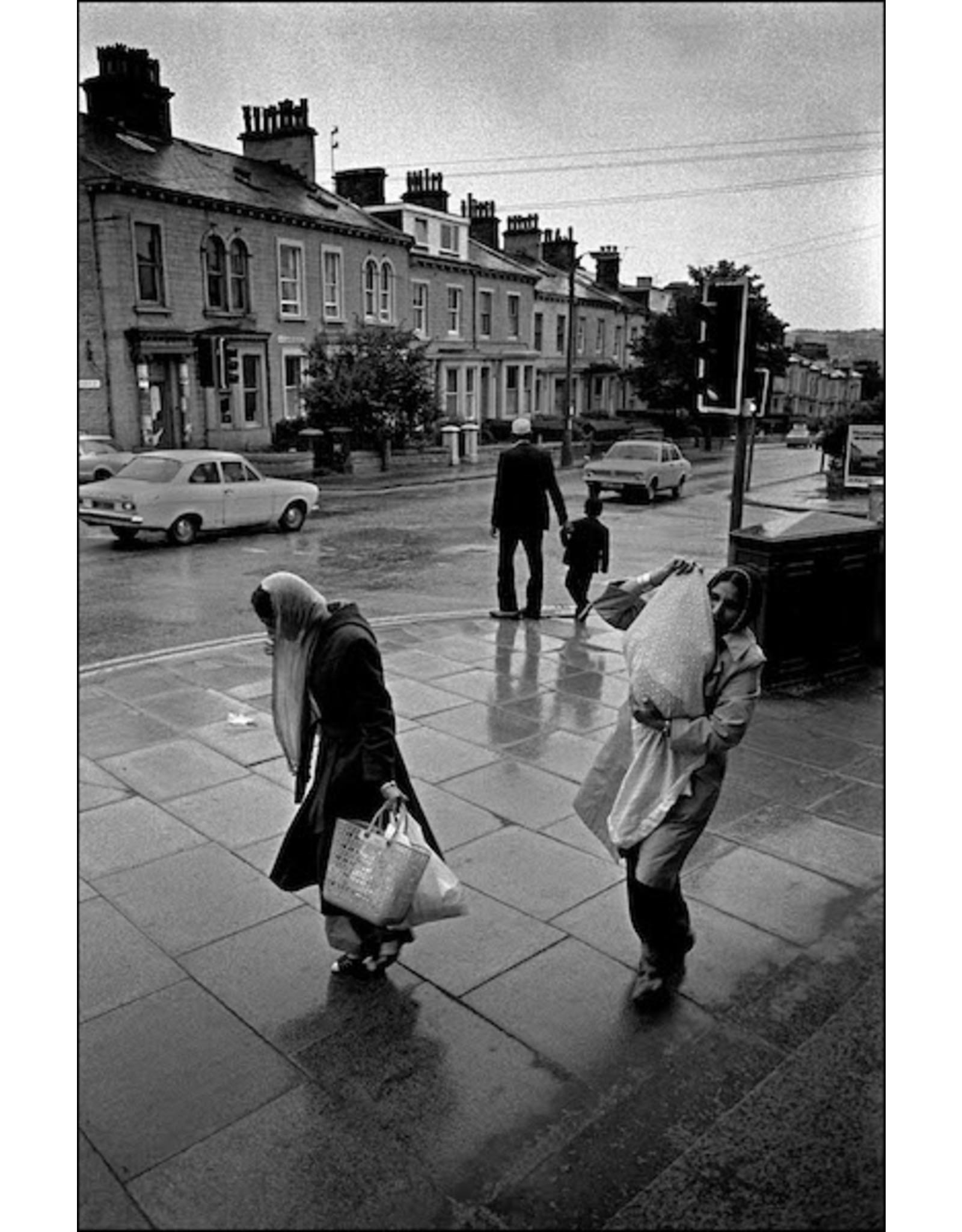 Ian Berry Two Asian Women in the Rain, Bradford. Ian Berry (19)