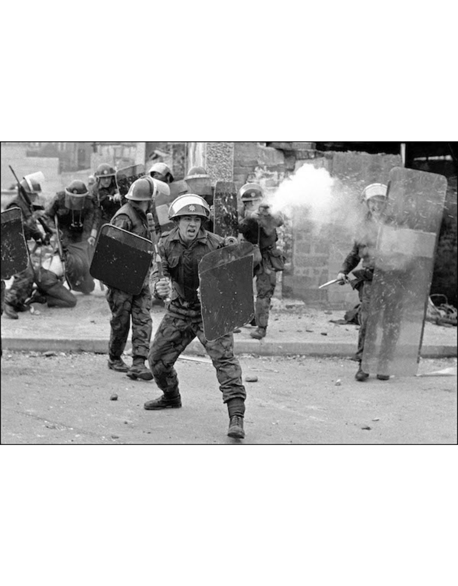 Ian Berry British Soldiers Moving in on the Mob, Londonderry, Northern Ireland. Ian Berry (34)