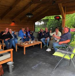Wijnproeverij groep vrienden op locatie