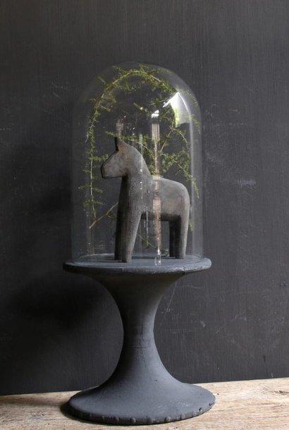 Glocke mit Holzsockel mit grauer Leine bedeckt
