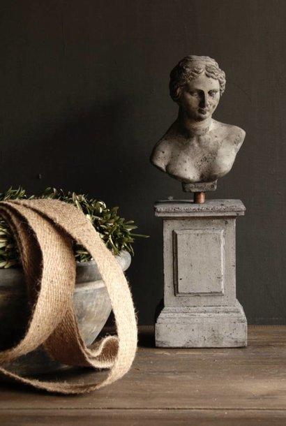 Betonnen beeldje Venera op Sokkel