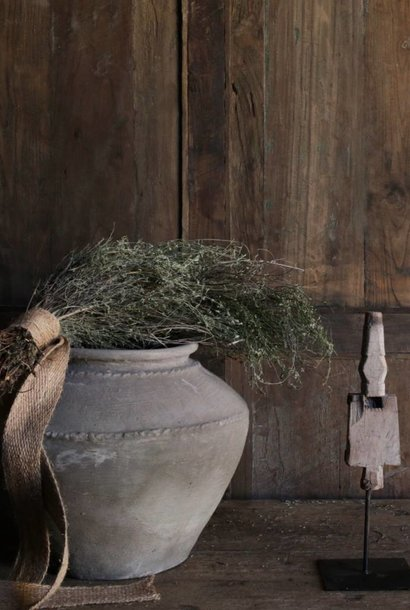 altes Ornament auf Eisenfuß