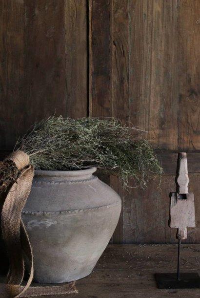 oud ornament op ijzeren voetje