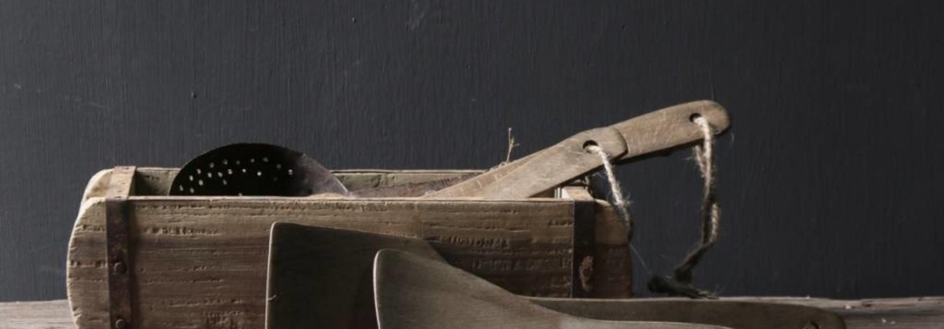 Set a twee vergrijsde houten Pollepels