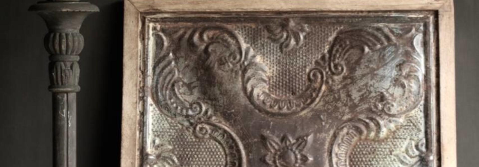 Schöne alte Deckenplatte in Holzrahmen gerahmt